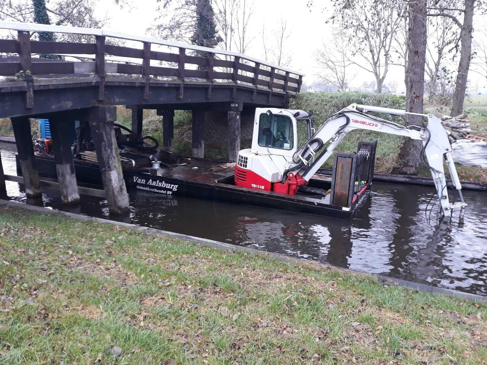 Zelf-varende ponton met kraanlift! - Door de ponton te laten zakken, kan de kraan onder bruggetjes door.