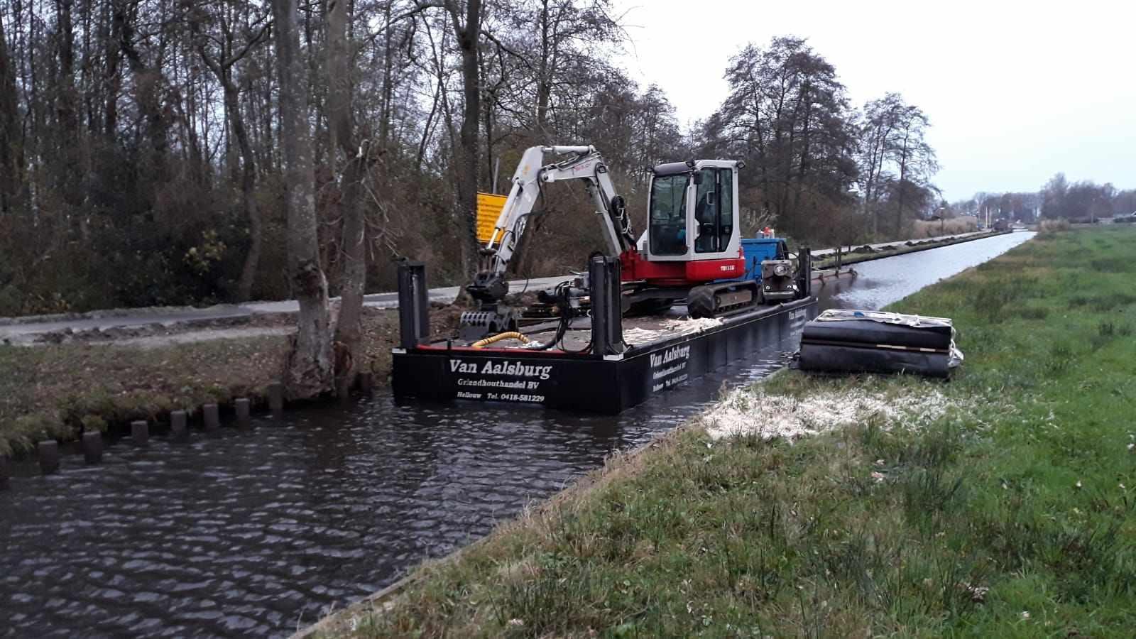 Zelf-varende ponton met kraanlift! - Door 4 hydraulische sputpalen optimaal stabiel.